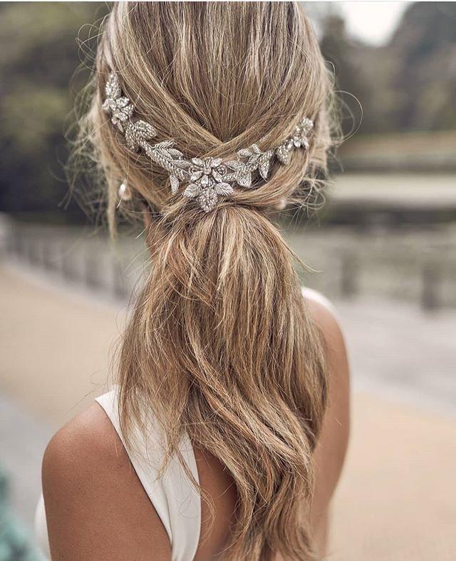 Vestido peinado tocado… Son muchos detalles para un día tan especial! En Blan…