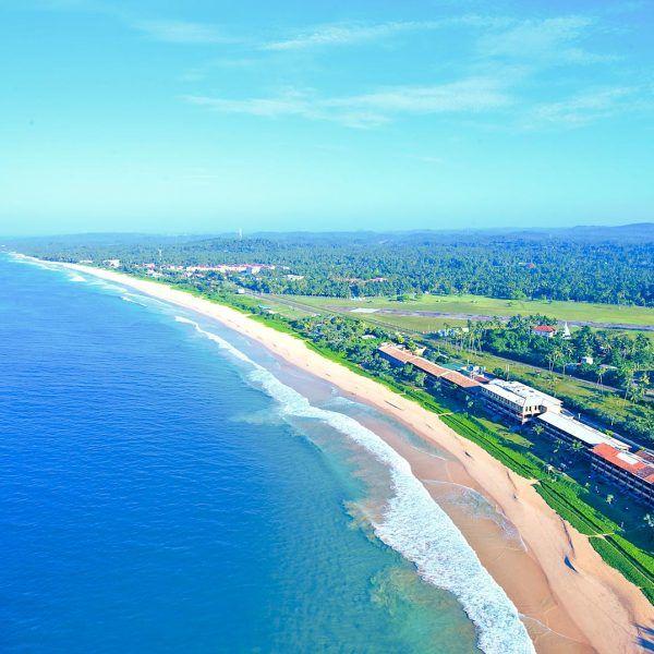 На красивом побережье в зелени тенистых пальм, на золотом пляже Коггала находится один из самых очаровательных отелей в Шри-Ланке — The Long Beach Resort, недалеко от площадок для дайвинга. #дайвинг  К услугам гостей отеля The Long Beach Resort открытый бассейн и 2 ресторана. #туры  Номера курортного отеля хорошо оборудованы кондиционером, док-станцией для iPod и телевизором с плоским экраном и кабельными каналами. Предлагается бесплатная бутилированная вода...