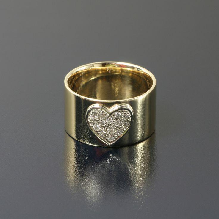 Pierścionek z żółtego złota z 13 brylantami ułożonymi w kształt serca.