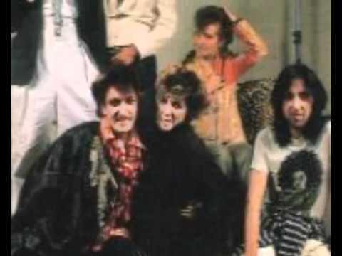 la movida madrilea La manifestación más conocida de la movida es la musical está representada por grupos como kaka de luxe, de donde saldrían a su vez alaska y los pegamoides, zombies y paraíso.