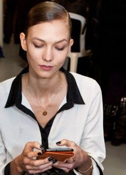 La belle mannequin Karlie Kloss est complètement accro à son #GalaxyNote ! #Samsung #Style #FashionWeek #Galaxy