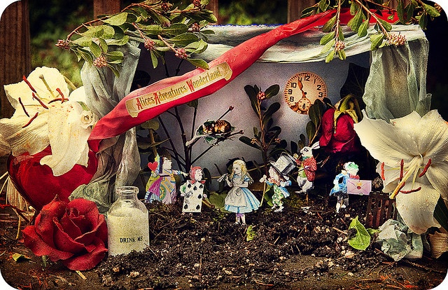 that's fun: Things Alice, Garden Ideas, Paper Craft, Wonderland Garden, Alice In Wonderland, Gardens, Garden Wonderland, Fairy Garden, Photo