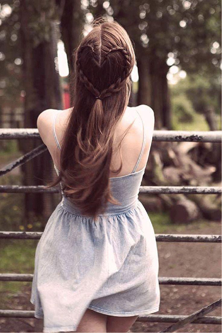 Oelala! Een gevlochten hartje in je haar. Om deze look te maken, moet je het hartje voorbij je kruin laten beginnen. Begin met een omgekeerde vlecht en maak dan een bocht naar beneden, zodat je een hartjesvorm krijgt.