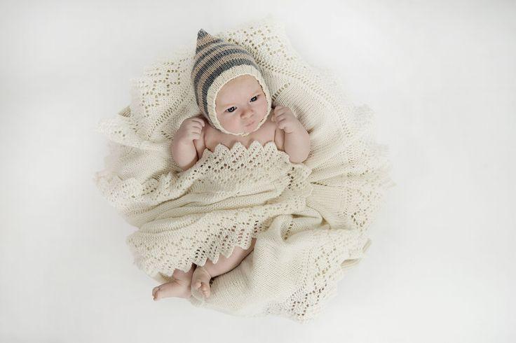 Enhver nybagt mor vil da blive henrykt for dette smukke tæppe, der holder baby lun, mens det pynter i vugge eller barnevogn. Strik det fine tæppe og glæd én du holder af.