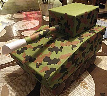 Een stoere Tank in camouflagekleuren als surprise voor een jongen