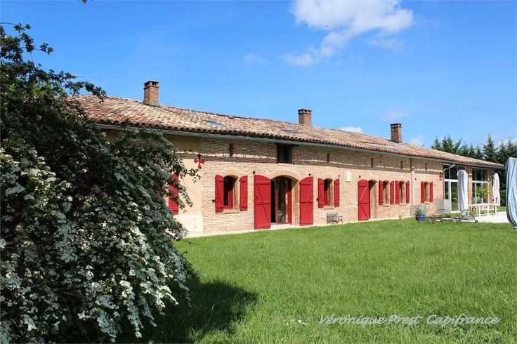 Du côté de Toulouse, un corps de ferme est à vendre chez Capifrance.     > 571 m², 10 pièces dont 6 chambres et un terrain de 5548 m².    Plus d'infos > Véronique Prest, conseillère immobilière Capifrance.