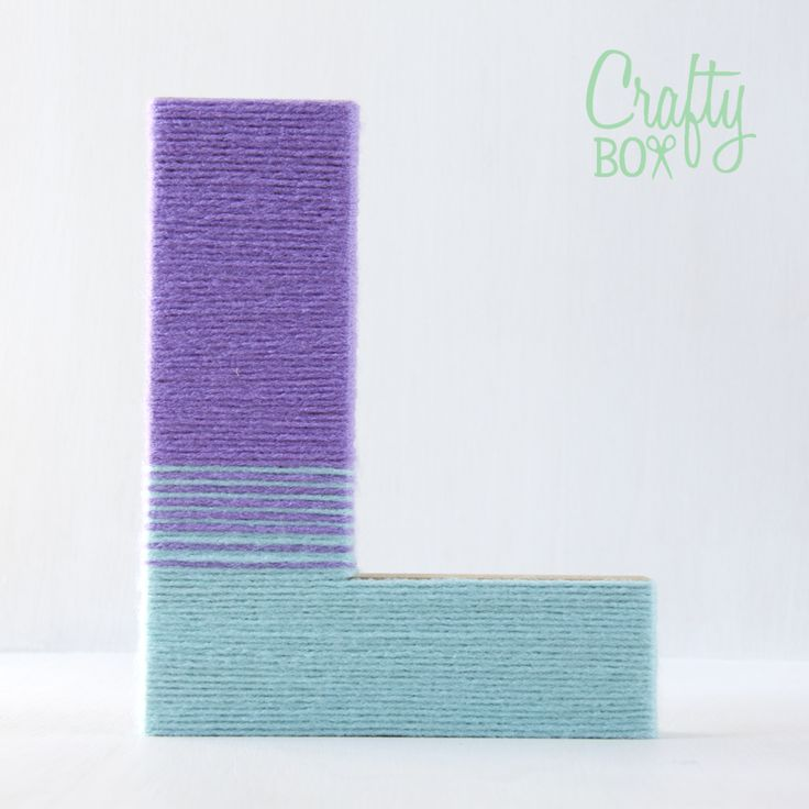 Crafty box: Letras de cartón decoradas con lana de colores.