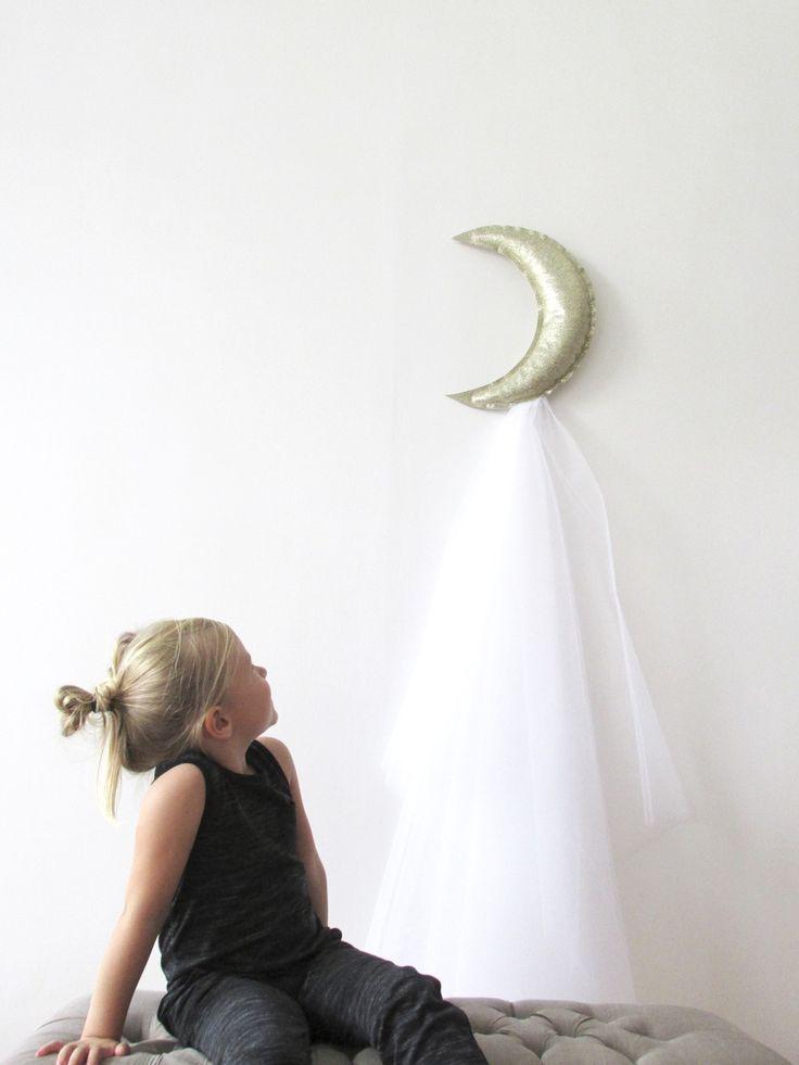 Suspension lune en similicuir doré avec sa traine de tulle couture.