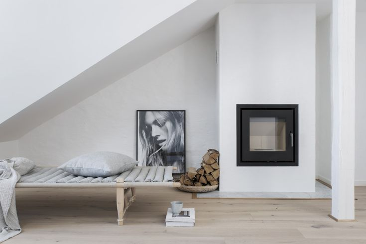 STIL INSPIRATION Loft apartment, Safari daybed by the stove Styling Pella Hedeby, Photographer Sara Medina Lind