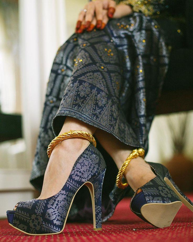 Gelang kaki biasanya dipakai oleh wanita Melayu, India dan Nyonya. Di Melaka, pengantin perempuan yang berpakaian tradisional berasa tidak lengkap sekiranya tidak memakai gelang kaki apabila menaiki pelamin  Pada mulanya gelang-gelang dibentuk dengan menggunakan dawai-dawai kasar yang dipintal bulat dan dicelup atau disadur emas. Namun yang demikian terdapat juga gelang-gelang yang diperbuat daripada plastik yang tidak kurang cantiknya. Bagi mereka yang berada atau yang kaya, gelang-gelang…