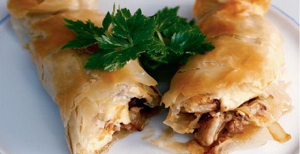 Μια συνταγή για ένα πεντανόστιμο πιάτο. Εξοχικό με αρνάκι ή ανάμεικτο με μοσχάρι σε χωριάτικοφύλλο. Απολαύστε το στο κυριακάτικο τραπέζι σας, αλλά και στο