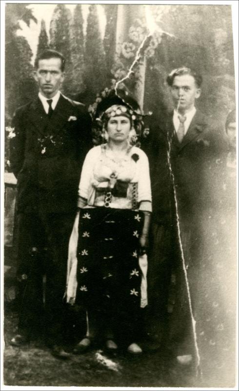 Οικογένεια από την Αλεξάνδρεια Ημαθίας.  Ημερομηνία Έκδοσης: 1930. Συλλογή Χρυσάνθης Κωστοπούλου;Αλεξάνδρεια (Ημαθία). Δημόσια Κεντρική Βιβλιοθήκη της Βέροιας