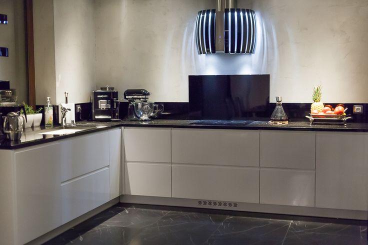Studio Darex Jaworzno ZABUDOWA KUCHENNA - Klasyczna kuchnia z nowoczesnym, nietuzinkowym oświetleniem. Więcej na https://www.maxkuchnie.pl/galeria/kuchnia-w-domu/studio-darex-jaworzno-zabudowa-kuchenna-131,174.html