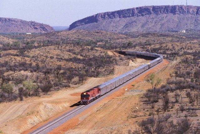 """2 Australia, Darwin-Adelaide–Gli incredibili paesaggi del Red Centre, in Australia, si scoprono con il Ghan, il treno che collega Darwin, nel nord del Paese, con Adelaide, a sud. Il suo nome e il logo ricordano i cammellieri afghani che trasportavano le merci ad Alice Springs prima dell'arrivo della ferrovia. Il viaggio dura quattro giorni mentre fuori dai finestrini sfilano le location di """"Priscilla, la regina del deserto"""": le rocce rosse di Ayers Rock, i siti aborigeni di Alice…"""