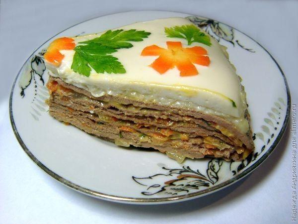 Печеночный торт. Рецепт / Рецепты с фотоТеперь достаем желированный майонез, проводим ножом аккуратно по краю, а  потом слегка смещаем пальцами и подхватываем майонезный блинчик. Перекладываем его на верхушку торта