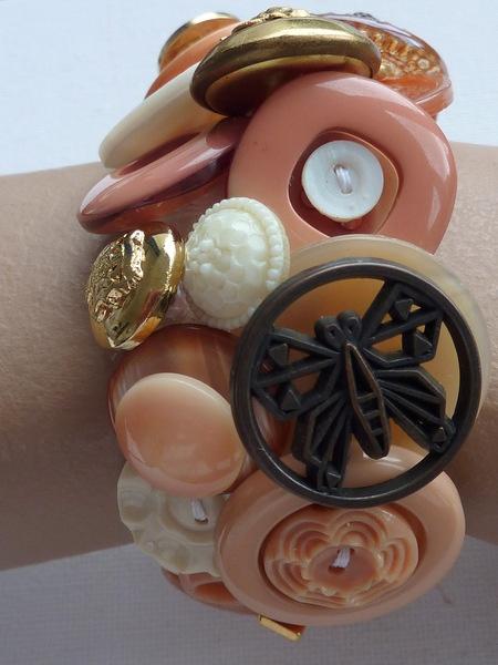 Marijke van Groen decoratieve knopenarmbanden.    Elke armband is uniek en mijn eigen ontwerp.  Bestaat uit 40-60  knopen . De knopen zijn vaak vintag