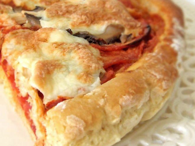 Pizza au chorizo, poulet, champignons et mozzarella