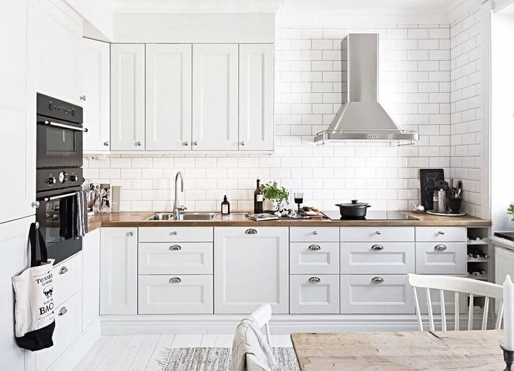 Белая кухня с деревянной столешницей – Примеры интерьеров