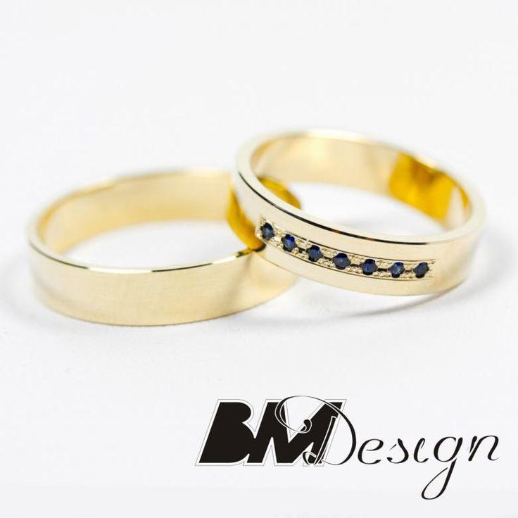 Obrączki ślubne klasyczne z żółtego złota. Damska obrączka z szafirami naturalnymi projekt i wykonanie BM Design. #szafir #obraczkislubne #obrączki #Rzeszów #diamenty #Carbon #pierśconki #złotnik #Jubiler #naprawa #nazamówienie BM Design!
