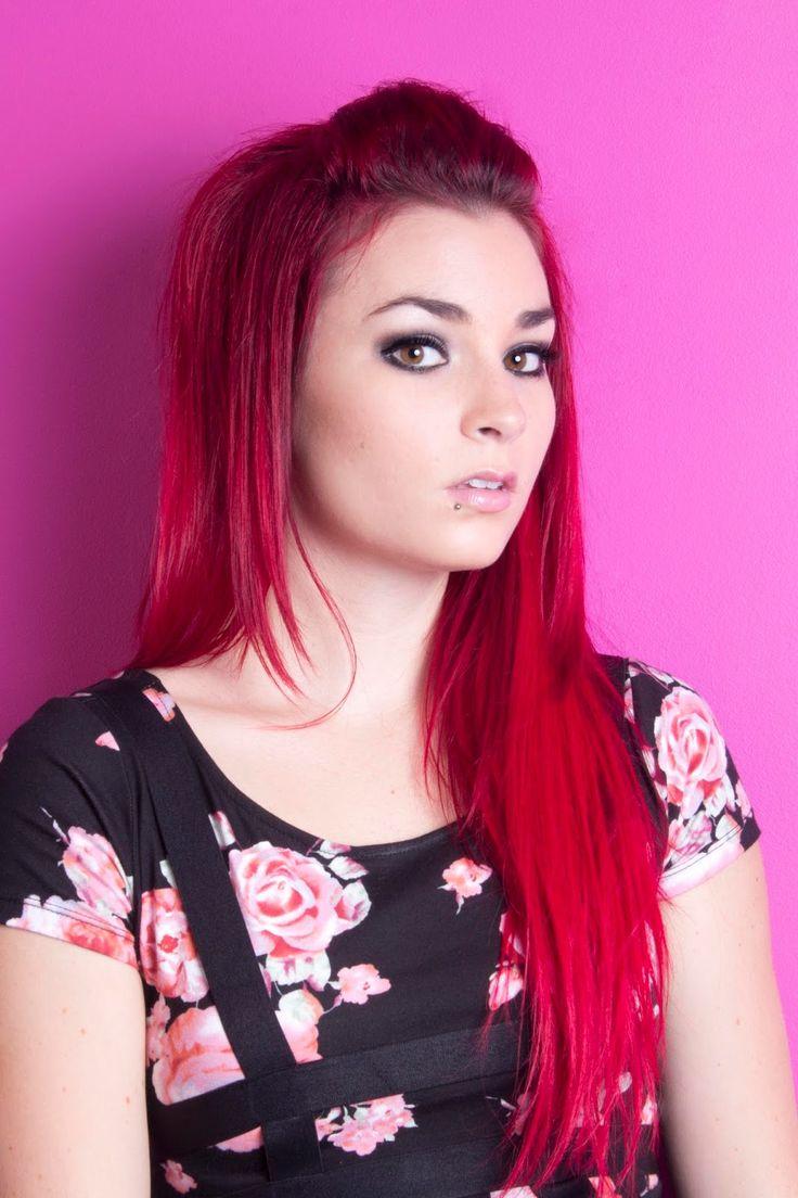 J'aime beaucoup la québécoise Emma Bossé, c'est elle qui m'a décidé à me teindre à nouveau les cheveux en rouge.