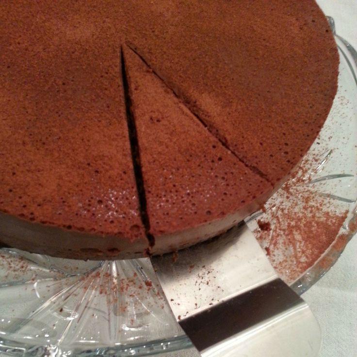 Já expliquei como faz no Instagram (@dukanreceitas), mas algumas não conseguiram entender e outras querem imprimir. Então lá vamos nós! A receita do bolo base eu já dei aqui no blog, mas vou repetir aqui, pra facilitar a vida de vocês. Primeiro faça o bolo de chocolate. 2 ovos 1 pote de iogurte desnatado 4...