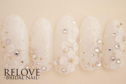 結婚式にぴったりのホワイトドレスなブライダルネイルのご紹介。あなたの理想ネイルデザインが必ず見つかる!花嫁の方にももちろん、結婚式お呼ばれネイルも探せます。あなたに似合うウエディングネイルデザインを探してみてください。