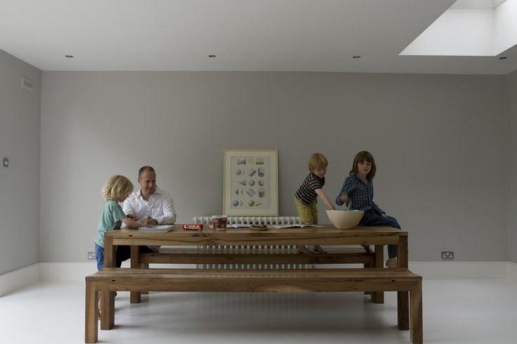 Деревянный стол с лавками, являясь достаточно модным атрибутом интерьера современной кухни, поддерживает идею кухни в индустриальном стиле.