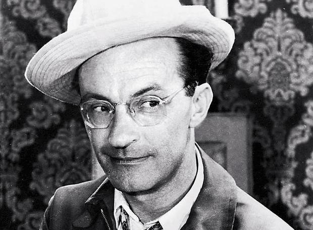 Ντίνος Ηλιόπουλος (1915 – 2001): Ηθοποιός, ένας από τους μεγαλύτερους εκπροσώπους του ελληνικού θεάτρου και του κινηματογράφου.