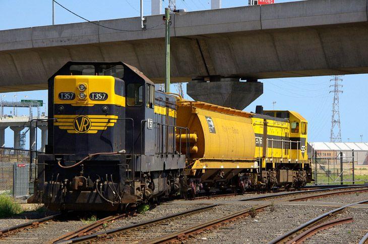 T357-T376 transfer an AHGX wagon between the Creek Sidings and Appleton Dock