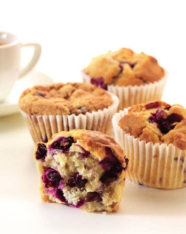 Muffins met bessen : Verwarm de oven voor op 190 °C. Zeef de bloem in een kom en voeg de suiker en het bakpoeder toe. Smelt de boter en roer er de karnemelk door. Meng daarna met de bloem en de eieren. Voeg de vruchten en chocoladestukjes toe. Vet de muffinvormen in en verdeel het beslag over de vormpjes. bak af: Bak gaar in 25 à 30 minuten.