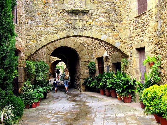 Carrer medieval   Monells. Girona. Catalunya
