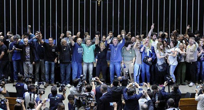 Estes são os heróis do povo brasileiro. Contra eles estão o crime organizado que governa o país, o Foro de São Paulo, a classe política corrupta e patrimonialista e toda a grande imprensa mentirosa…