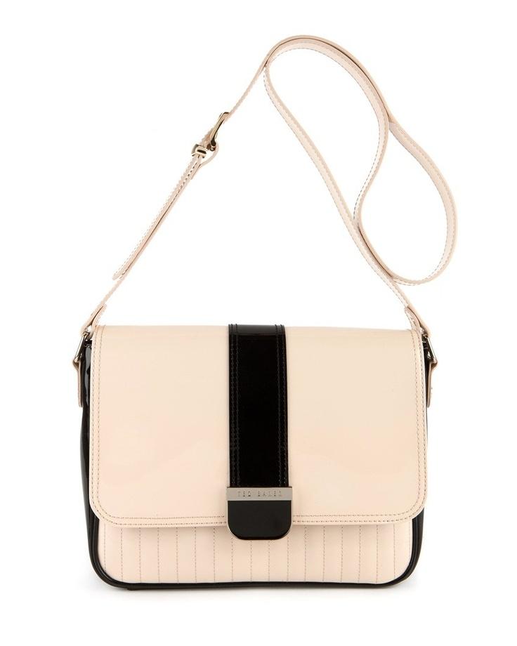 Μεταλλικό Ted Baker logoΡυθμιζόμενο λουράκιΕσωτερική επένδυση Εσωτερική τσέπη με φερμουάρΔιάσταση 22cm x 27cm x 7cm  http://www.john-andy.com/women/bags/ted-baker-lingar-large-colour-block-bag.html