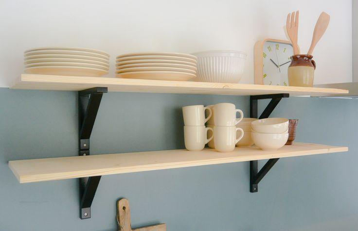 Appartement 1. Planken (Ikea), klok (Hema), pot (kringloop), houten plank (Karwei)