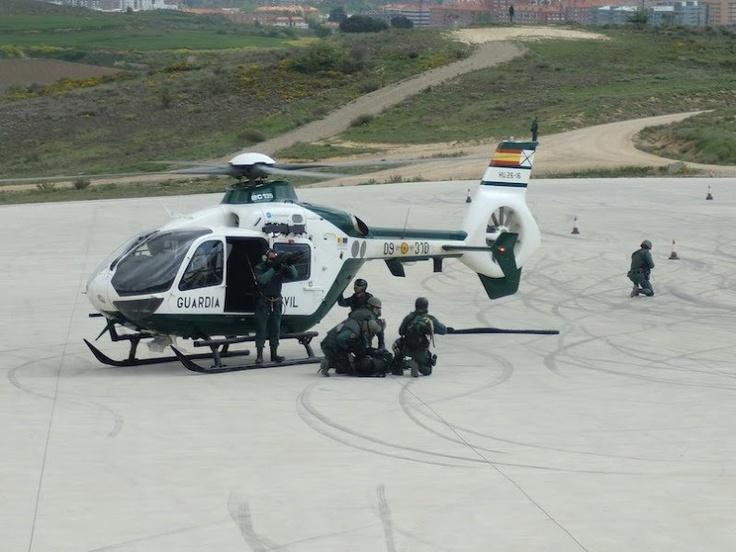 Guardia Civil en exhibición de operación con helicóptero #gar #guardiacivil