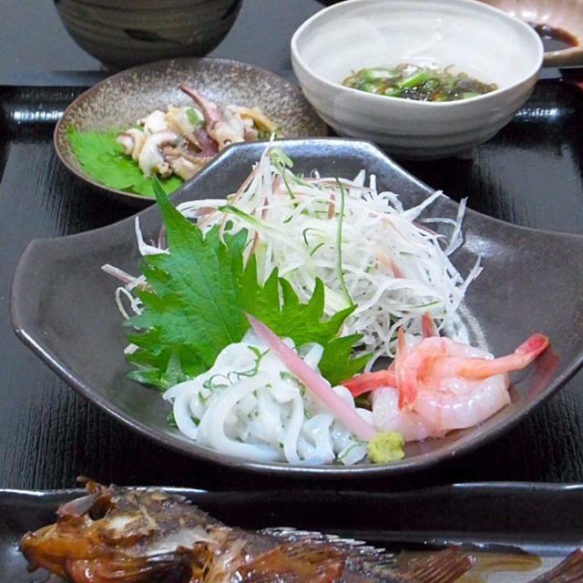 甲烏賊は博多作りにしようとしたものの、糸作りにして紫蘇と混ぜました。  今日も美味しかった! - 57件のもぐもぐ - 今晩は、ガシラ煮付け(カサゴ)甲烏賊の刺身、甘海老、ゲソの味噌炒め、もずく酢、ワカメと豆腐の味噌汁、黒豆ご飯  今日はカサゴと甲烏賊とが一盛りで売られていて、えい!と購入。 見た目の悪い魚ほど味がいいの代表のカサゴ。磯のカサゴは口ばかり、と食べられる部分は少ないけれど、美味しい魚です。 甲烏賊は博多作りにしようとしたも by akazawa3