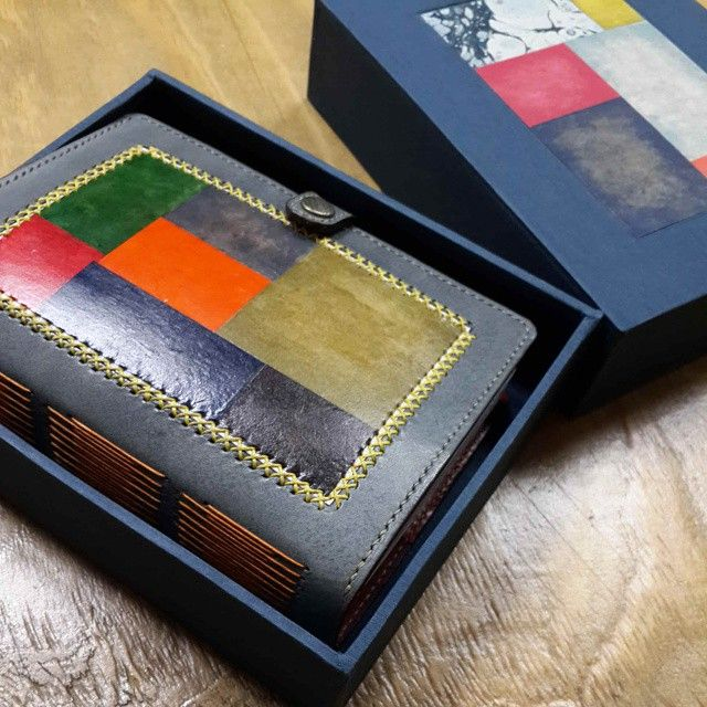 한지패치워크 다이어리 Koreapaper patchwork  leath  journal  #koreapaperart  #paperpatchwork  #handmade  #bookbinding #handicraft  #leathercraft #leatherjournal  오랜만에 한 한지작업 늘 거기서 거기지만 새 작업할 때는 설레임이 있어좋다.