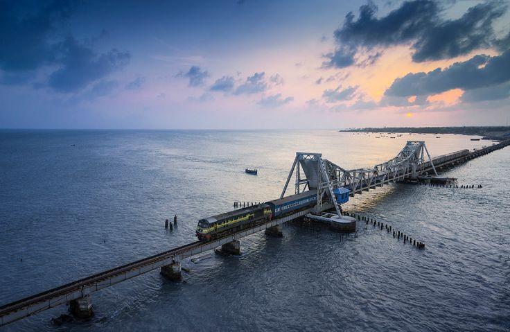 """Le Pamban Bridge est un pont ferroviaire sur le détroit de Palk qui relie la ville de Rameswaram sur l'île de Pamban à l'Inde continentale. """"Pamban Bridge"""" désigne à la fois le pont routier et le pont de chemin de fer, mais cela désigne surtout ce dernier. Ouvert le 24 Février 1914, il a été le premier pont indien sur la mer et il est resté le plus long pont marin en Inde jusqu'à l'ouverture du Bandra-Worli en 2010. > https://en.wikipedia.org/wiki/Pamban_Bridge"""