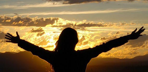 Devemos ser Materialistas ou Espiritualistas? A pergunta que mais se ouve por aí é: Será que é errado ser materialista?  Materialista é a pessoa que vive com base em suas crenças, atitudes e considera que tudo na vida é material, ou seja, só acredita naquilo que pode ver, tocar e sentir. E uma pessoa espiritualista é aquele que acredita, percebe, sente e que se relaciona com as forças da espiritualidade.