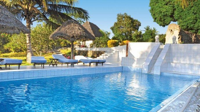 """Hakuna Matata**** - lussuoso complesso """"boutique"""" si trova lungo la costa occidentale di Zanzibar sull'Oceano Indiano. Una baia privata con 150 m di spiaggia sabbiosa e la Spa con i suoi trattamenti benessere vi invitano a rilassarvi e a trarne ogni beneficio.  #spiaggi #tanzania #africa #benessere #zanibar #hotel #spa"""