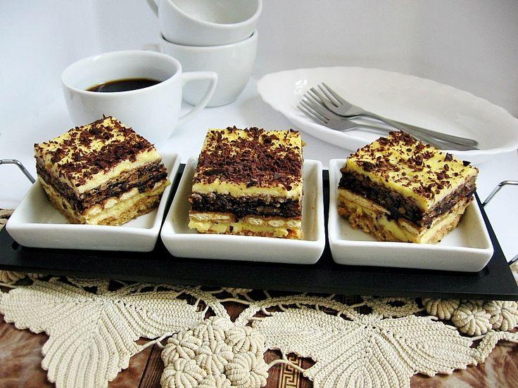 Reteta Prajitura cu blat de albusuri, biscuiti si crema de galbenusuri din categoria Prajituri. Cu specific romanesc.