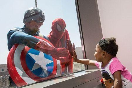 Superhéroes que aparecen en las ventanas de hospital de niños con cáncer http://laleyendadecaillou.org/15/08/superheroes-aparecen-en-las-ventanas-de-hospital-de-ninos-con-cancer/