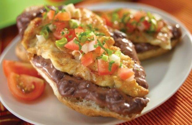 Los molletes con frijol y queso son el típico desayuno mexicano, esta es una receta muy fácil de hacer y a todos les encantará.