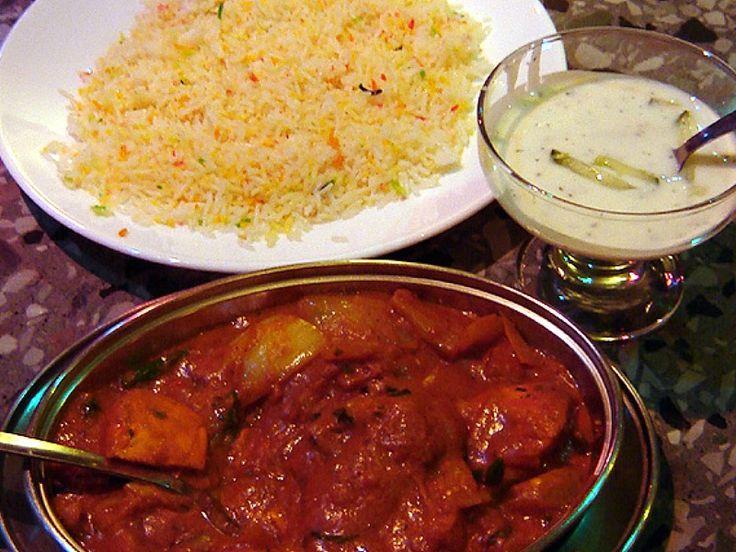 Kuhinja Pakistana je slična kuhinji severne Indije. Geografska lokacija Pakistana takođe određuje kuhinju koja varira od regiona do regiona. Kao primer, kuhinja