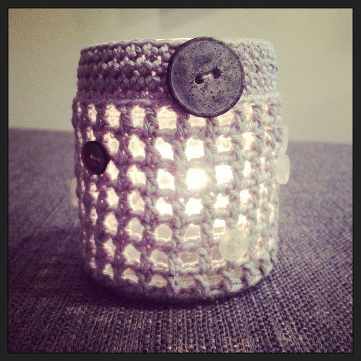 So easy! A jam jar, sone buttons and yarn.