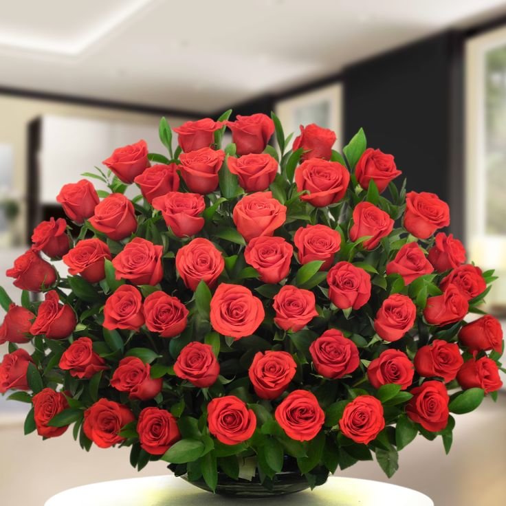 Deslumbra con cada una de las 100 rosas de este ramo, refleja la inmensidad de este gran sentimiento que se desborda de emoción, demuéstrale con este presente cuantas cosas maravillosas puedes hacer por esta persona.