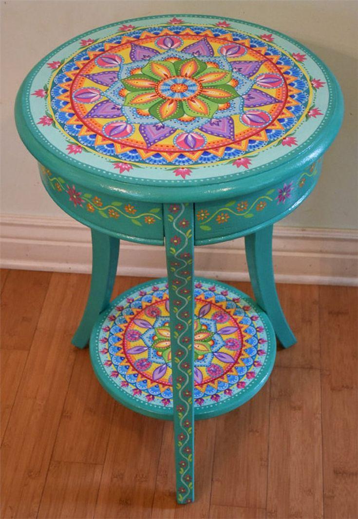 Handbemalter runder Akzenttisch. Bemalte Möbel im Boho-Stil. Massivholz. 26,5 x 18 Zoll. Mandala-Tisch