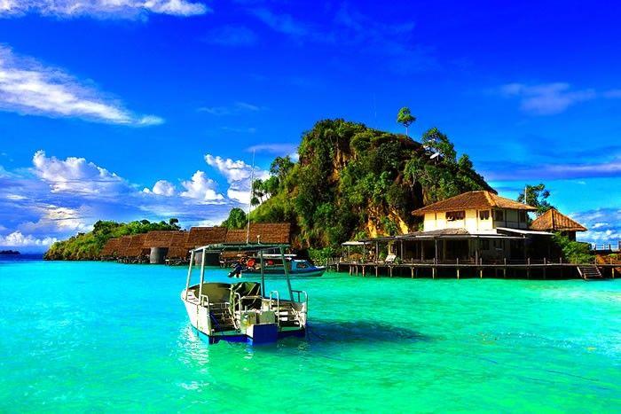 El archipielago de Raja Ampat esta formado por cuatro islas principales, Misool, Salawati, Batanta y Waigeo, y otros 1.500 pequeños islotes, cayos y bancos de arena que ofrecen preciosas aguas para inmersiones que no podrás olvidar.