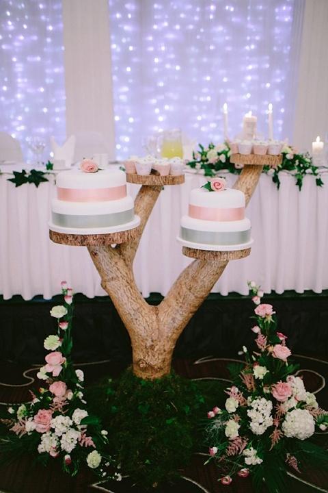 Pretty idea for wedding cake table | idea per il tavolo della torta nuziale