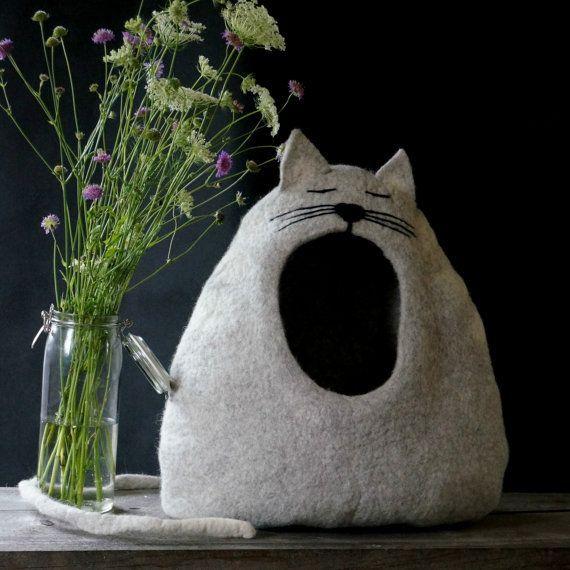 Kat bed / cat huiskat/grot/vilten kat bed  slaperige kat /